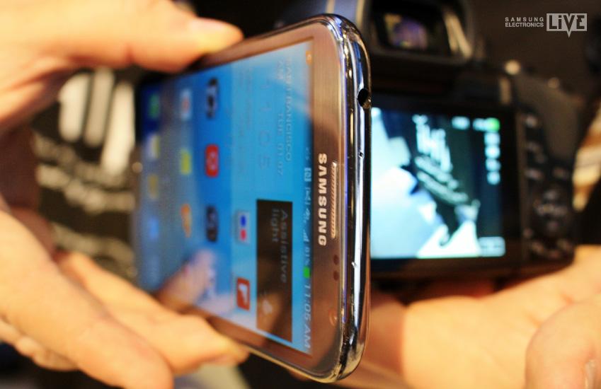 삼성 NX30 카메라에 스마트폰을 대고 있는 장면입니다.