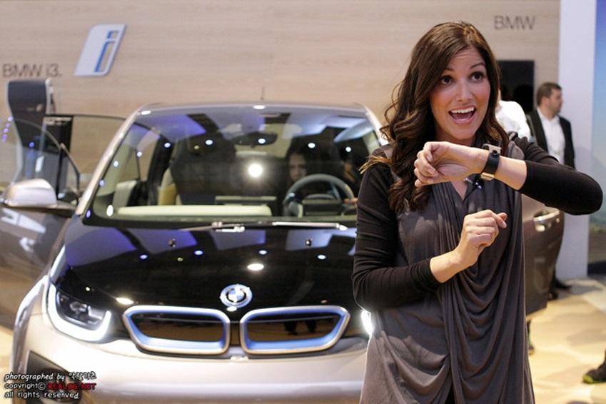 갤럭시 기어와 연동된 BMW i3 이미지입니다.