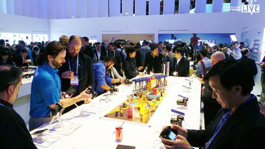 CES 2014 행사장 내 'NX30' 전시 부스 입니다.