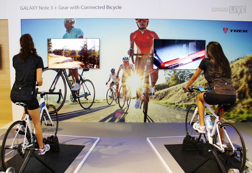 Trek FX 7.6 자전거와 GALAXY Note 3가 만난 Commute Bike 모델을 타는 모습입니다.