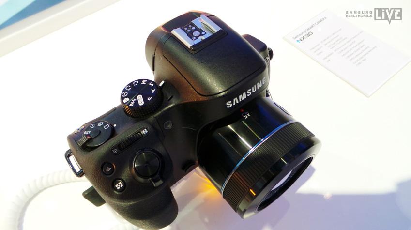 삼성 NX30 카메라 윗면 모습 입니다.