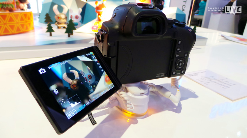 삼성 NX30 카메라의 회전 가능한 스위블 터치 슈퍼 아몰레드 디스플레이 입니다.