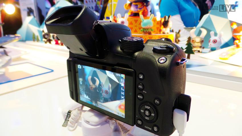 삼성 NX30 카메라의 가장 큰 특징, 틸트가 되는 뷰파인더입니다.