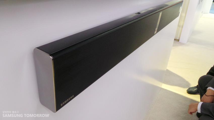 CES 2014에 전시된 제공하는 사운드 바 'H750' 제품 이미지입니다.
