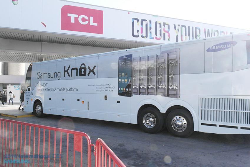 삼성전자 보안프로그램 Knox의 광고가 부착된 버스 사진입니다.