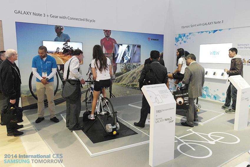 갤럭시 기어와 연동된 자전거와 BMW 이미지입니다.