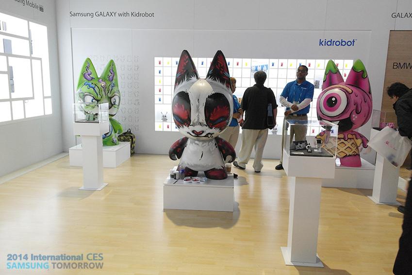 삼성전자와 키드로봇(Kidrobot)의 콜라보레이션으로 만들어진 작품 이미지입니다.