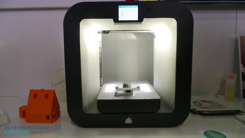 삼성전자 부스의 요술램프 3D 프린터의 모습입니다.
