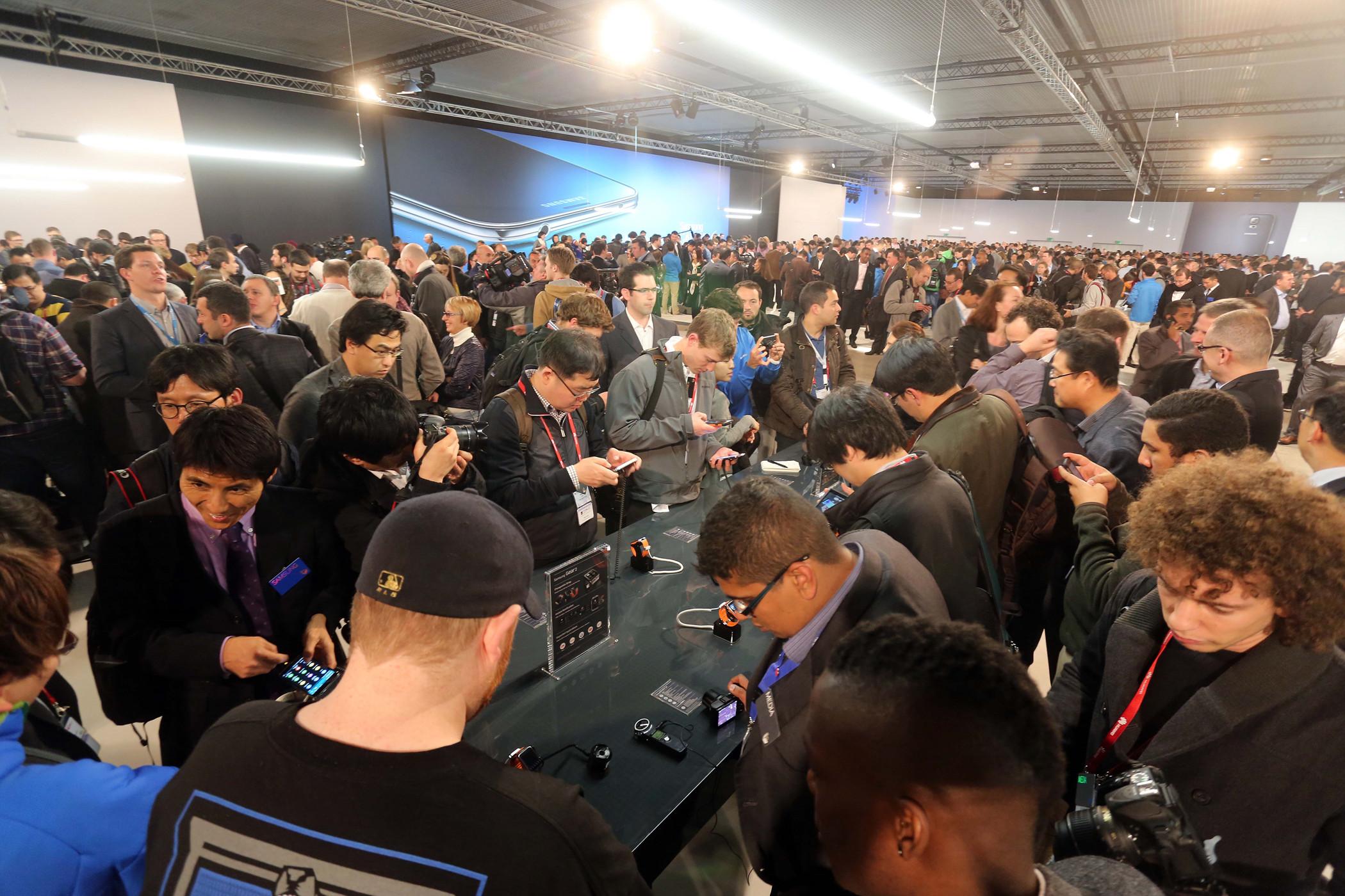 스페인 바르셀로나 컨벤션센터에서 삼성 모바일 언팩 2014를 개최하고 참석자들이 제품을 시연하는 모습입니다.