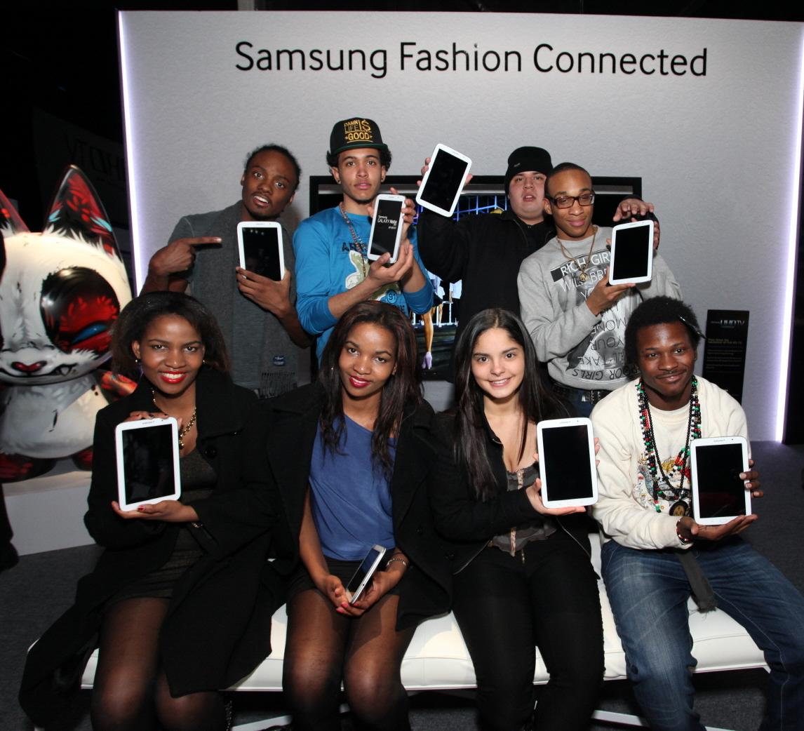 2014년 F/W 뉴욕 패션위크 '삼성 패션 커넥티드(Samsung Fashion Connected)' 체험존에서 삼성전자가 기부한 '갤럭시 노트 8.0' 태블릿 제품을 들고 포즈를 취하고 있는 아트 스타트 청소년들