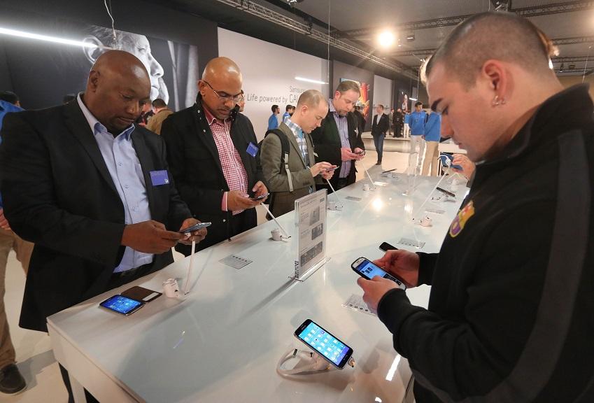 행사에 참석한 미디어와 거래선, 관계자들이 삼성전자의 신제품을 체험하는 모습입니다.