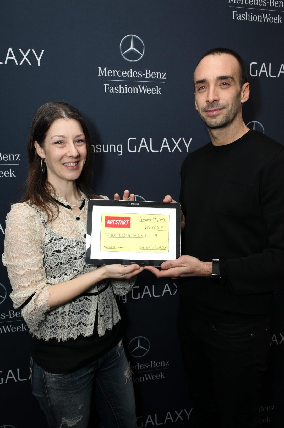 2014년 F/W 뉴욕 패션위크 백스테이지의 '삼성 갤럭시 라운지(Samsung Galaxy Lounge)'에서 디자이너 알렉산더 왕과 삼성 갤럭시 노트 II와의 협업을 통해 탄생한 '알렉산더 왕 왈리 짐 색(Alexander Wang Wallie gym sack)' 한정판 가방 판매 수익금 15,000달러를 아트 스타트에 기부 기념사진 촬영