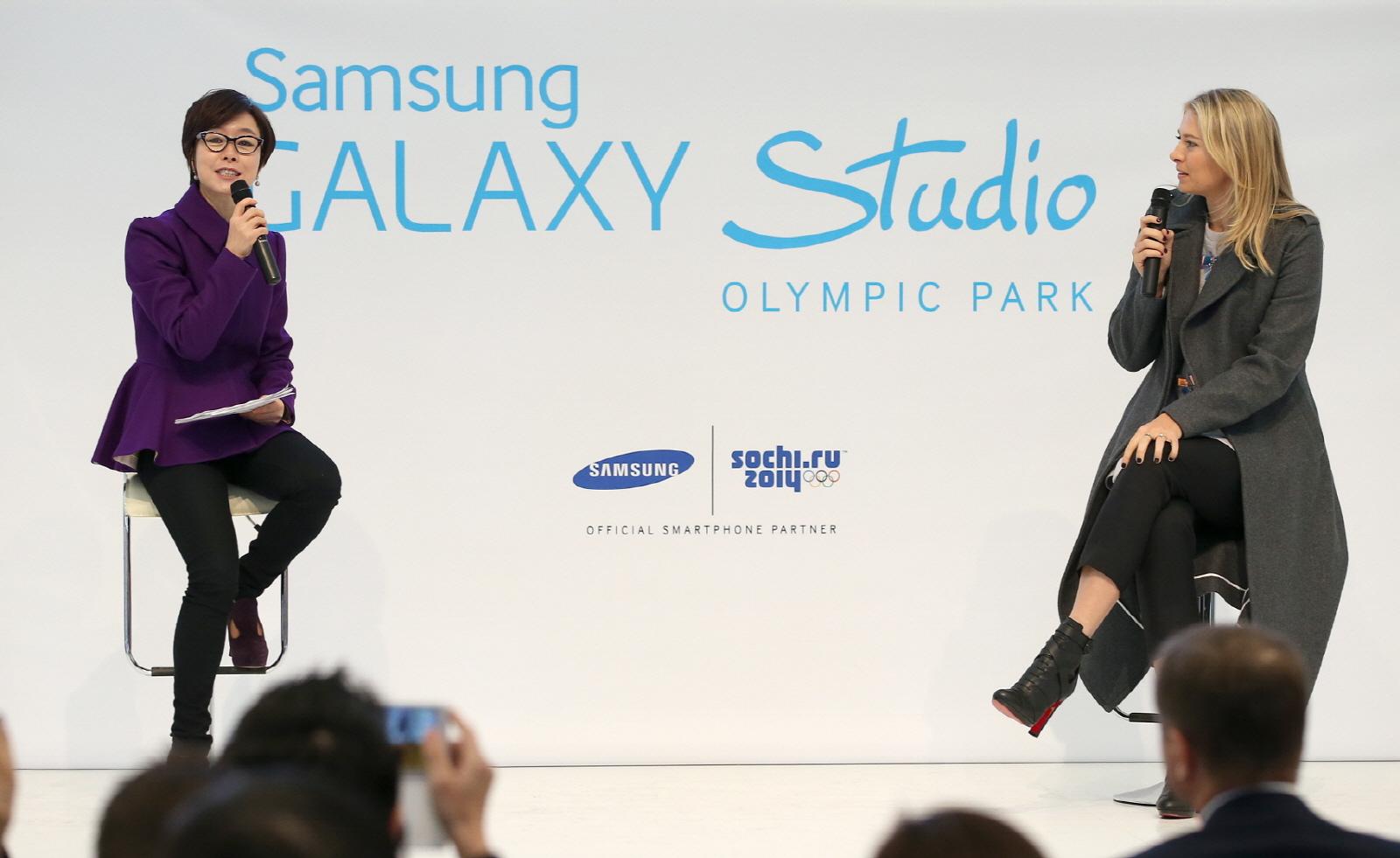 러시아 소치 올림픽 파크에서 열린 '갤럭시 올림픽 파크 스튜디오' 개관식에서 삼성전자 이영희 부사장과 삼성 소치 올림픽 홍보대사인 마리아 샤라포바가 삼성 스마트 올림픽 마케팅 캠페인과 이번 올림픽에 대한 기대감을 이야기하고 있다.