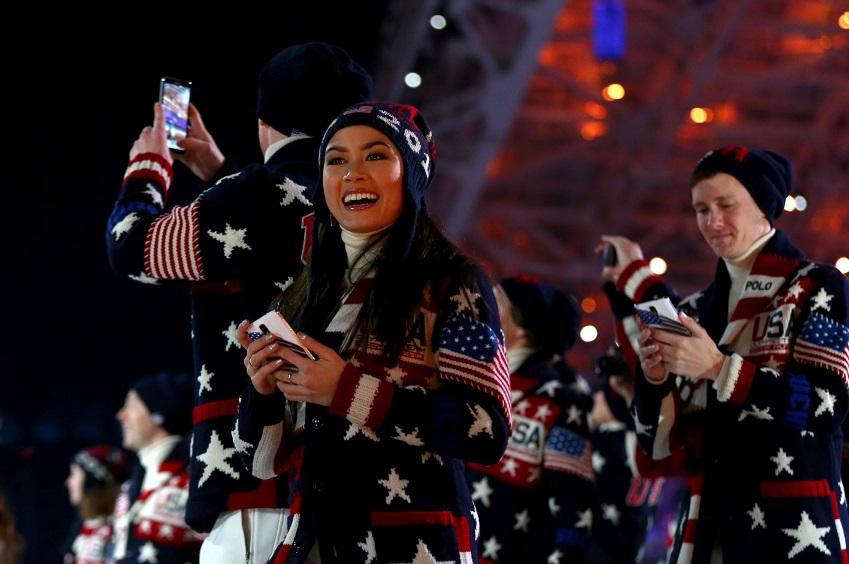 일(현지시간) 러시아 피시트 올림픽 스타디움에서 열린 소치 동계올림픽 개막식에서  선수단 입장시 삼성전자 '갤럭시 노트 3'가 등장했습니다. 사진은 개막식에 등장한 미국 선수단의 모습입니다.