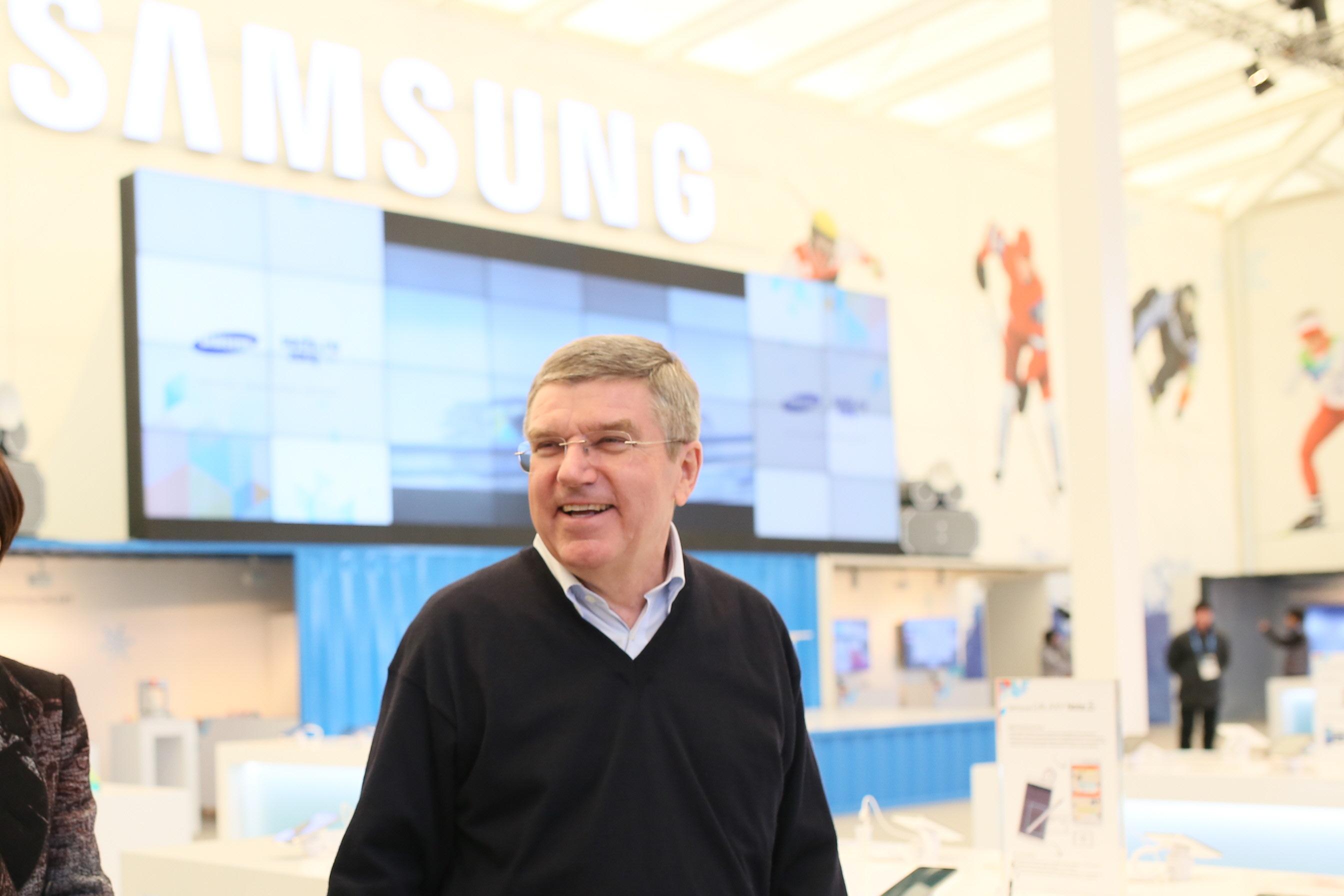 '갤럭시 올림픽 파크 스튜디오' 에 방문한 토마스 바흐 국제올림픽위원회 위원장이 스튜디오를 둘러보고 있다.