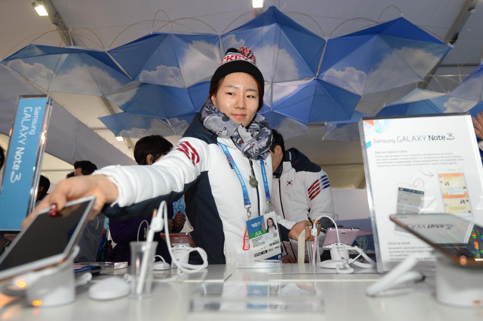 삼성전자가 5일(현지시간) 러시아 소치 올림픽 파크에서 열린 '갤럭시 올림픽 파크 스튜디오'를 개관했다. 이날 올림픽 선수촌에 입촌한 한국 대표팀도 갤럭시 스튜디오를 방문했다.