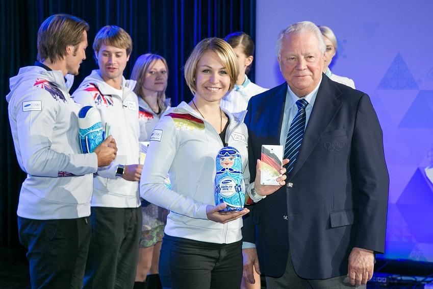 IOC 위원 비탈리 스미르노브가 러시아 모스크바에서 열린 삼성 스마트 올림픽 발표회에서 삼성 갤럭시 팀 선수    막달레나 노이너(독일)에게 소치 동계 올림픽 공식 폰 갤럭시 노트3를 증정하고 있는 모습입니다.