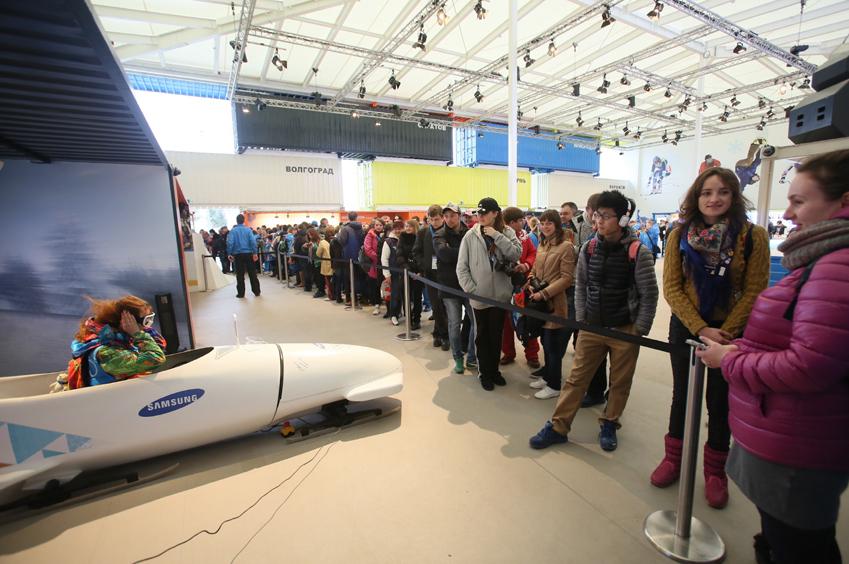 소치올림픽 파크 최고 인기 명소 갤럭시 스튜디오에서 체험하는 사람들 모습입니다.
