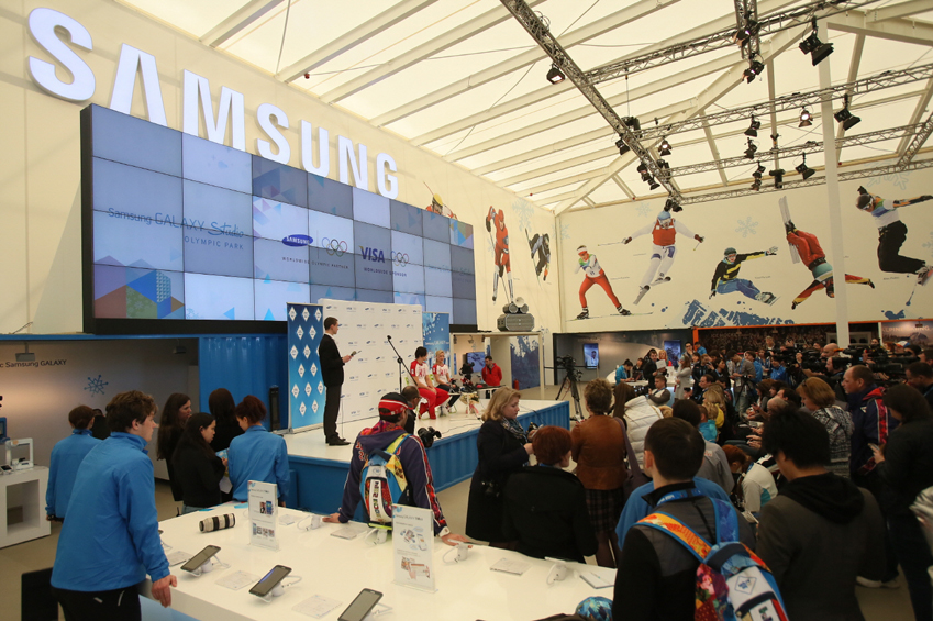 삼성 갤럭시팀 러시아 소속이자 소치올림픽 금메달리스트 타티아나 볼로소자르와 막심 트란코프가 (피겨스케이팅 페어)가 갤럭시 올림픽 파크 스튜디오에서 기자회견 하는 모습입니다.