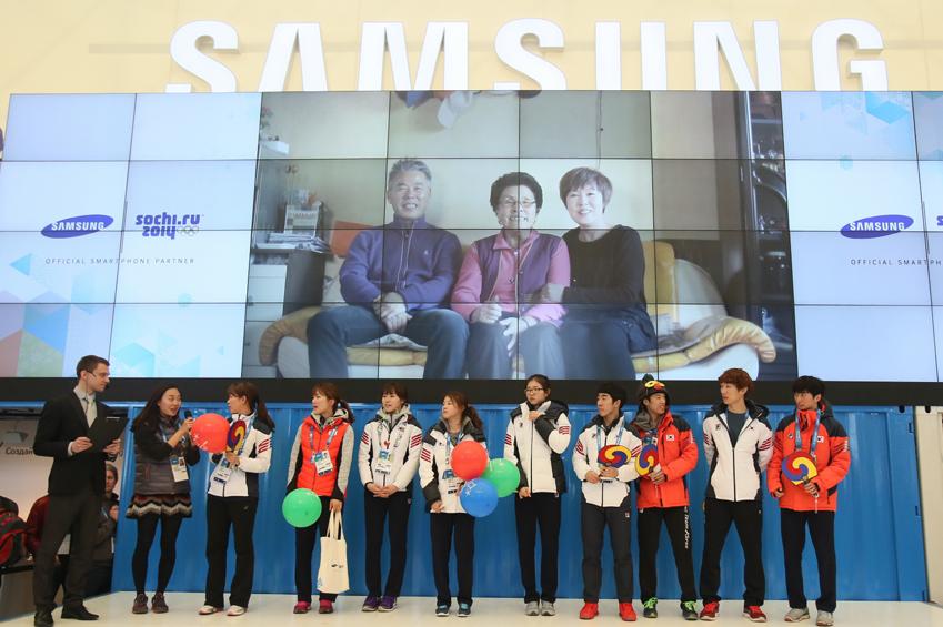 쇼트트랙 금메달리스트 박승희, 심석희를 포함한 한국 선수단들이 삼성 갤럭시 올림픽 파크 스튜디오를 찾아 즐거운 시간을 보내고 있는 모습입니다.