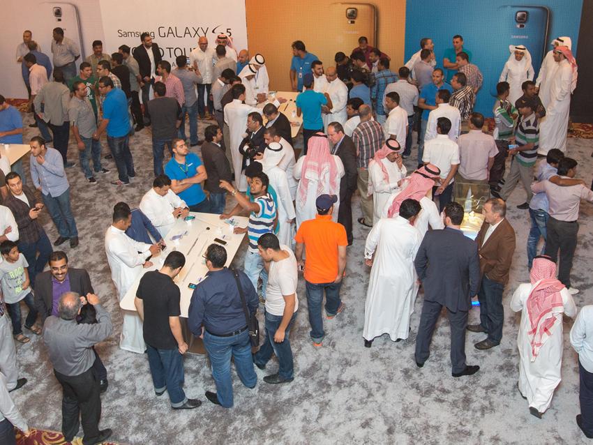 갤럭시 S5 론칭 행사가 이루어진 사우디아라비아 모습입니다.