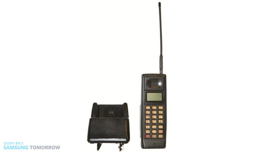 1988년 'SH-100' 삼성전자의 기술로 개발한 첫 번째 휴대폰입니다.