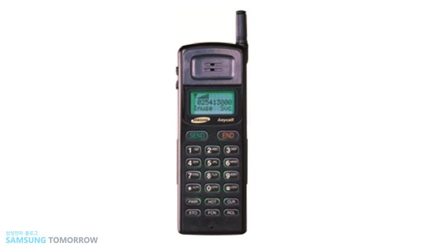 1994년 'SH-770' 초기보다 더 작아진 외형과 함께 '애니콜' 브랜드로 처음 선보인 휴대폰입니다.