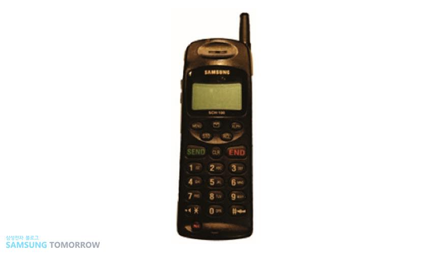 1996년 'SCH-100' 삼성전자가 세계 최초로 개발한 CDMA(부호분할다중접속) 폰입니다.