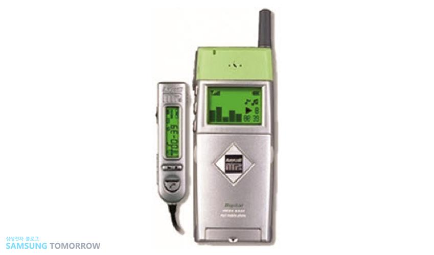 1999년 'SPH-M2500' 세계 최초로 MP3플레이어 기능을 갖춘 폰입니다. 컨버전스 환경을 본격적으로 주도한 이 휴대폰은 32MB의 내장 메모리카드를 갖췄습니다.