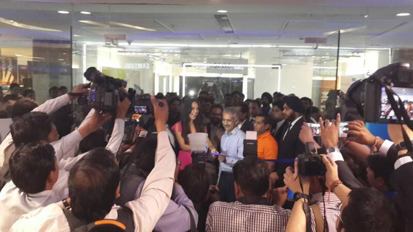 갤럭시 S5 글로벌 출시 첫날, 인도 현장 모습입니다.
