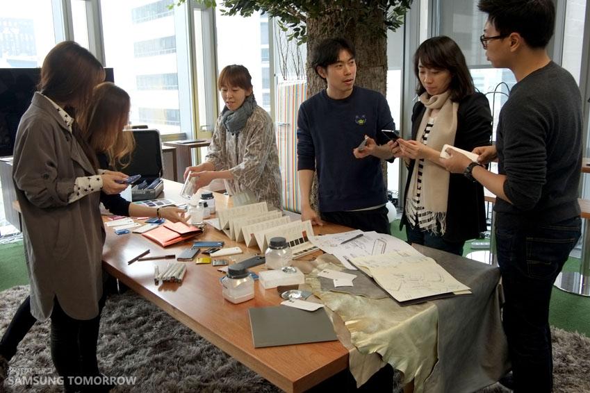 디자인팀에서 소재와 색상을 연구하는 모습