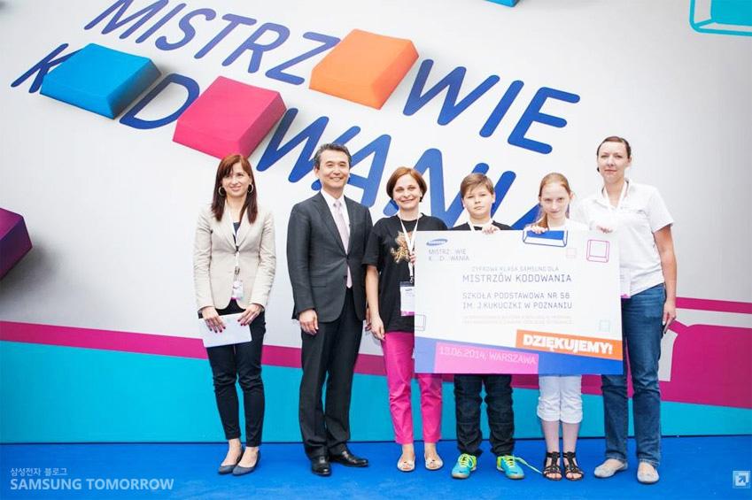 삼성 코딩 마스터 대회 우승팀, 삼성 스마트 클래스 상을 수상한 포즈나니 초등학교 학생들 사진입니다