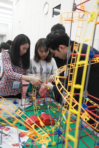 SCSA 교육생들이 롤러코스터 제작을 하고 있는 사진
