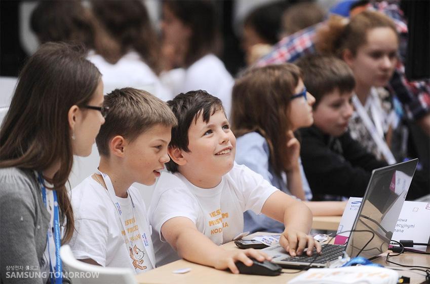 삼성 코딩 마스터스 대회에 참가한 아이들의 밝은 표정이 담긴 사진입니다