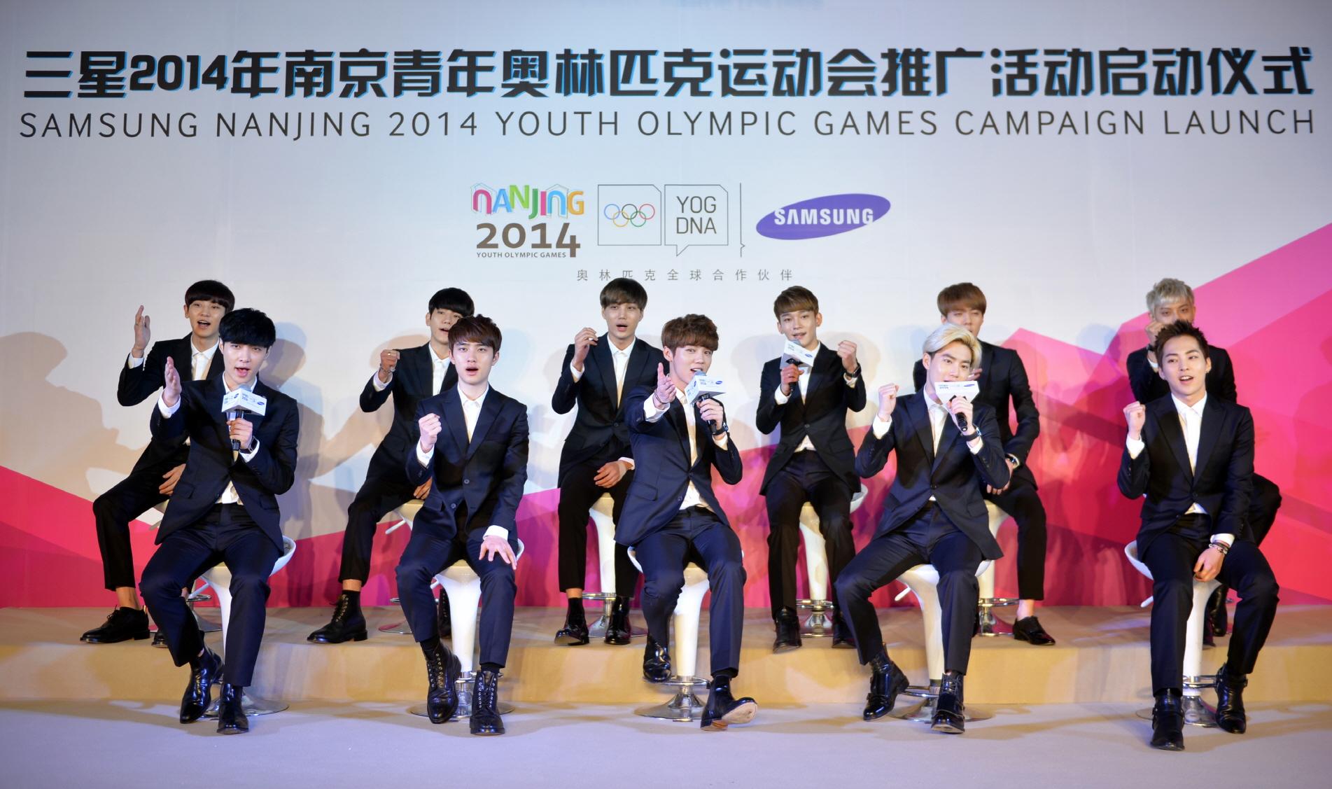 삼성전자 유스올림픽 캠페인 발표 기자회견에서 홍보대사인 엑소(EXO)가 삼성전자의 난징 유스올림픽 캠페인 주제인 '젊음의 비트로 대회를 즐기자 (Live the Beats, Love the Games)'를 외치는 모습