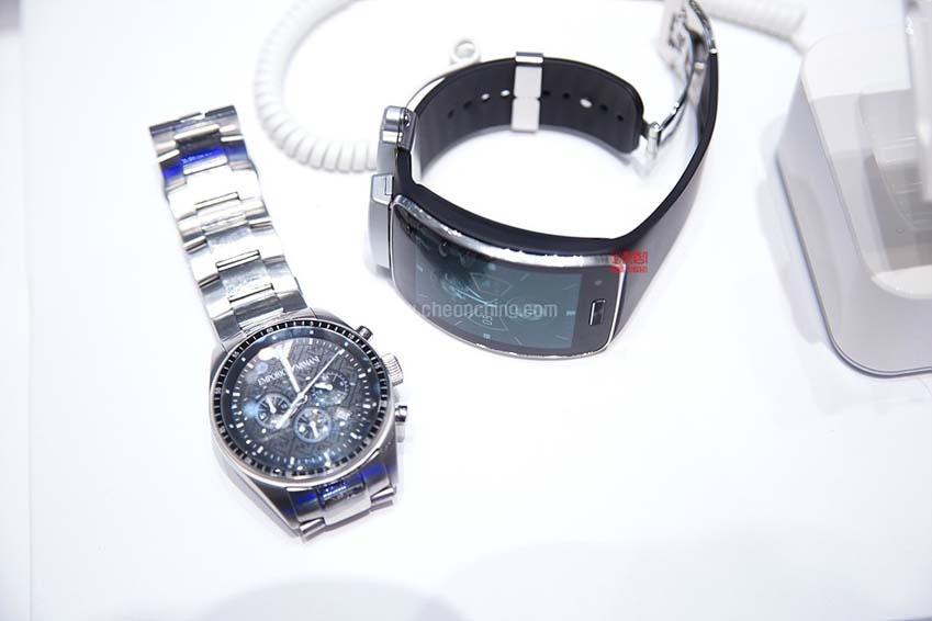 일반 시계(왼쪽)과 웨어러블 디바이스 삼성 기어S(오른쪽)의 모습입니다.