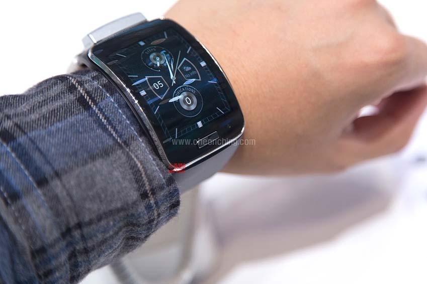 웨어러블 디바이스 삼성 기어S 착용 장면으로 시계 화면을 변경할 수 있습니다.