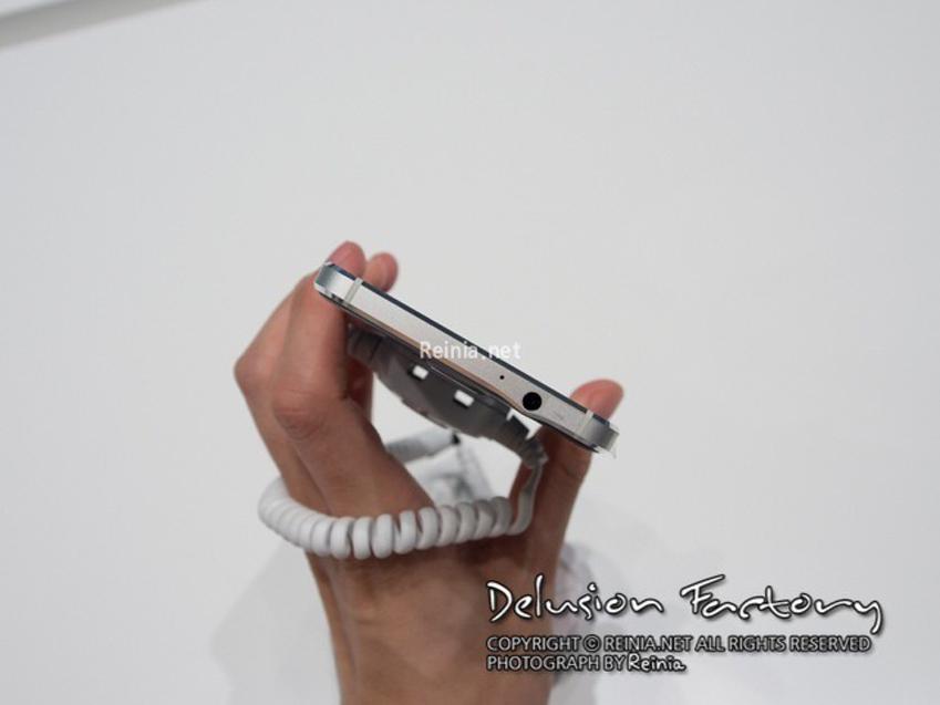 갤럭시 알파 상단 사진 (3.5파이 이어폰 단자 부분)입니다.