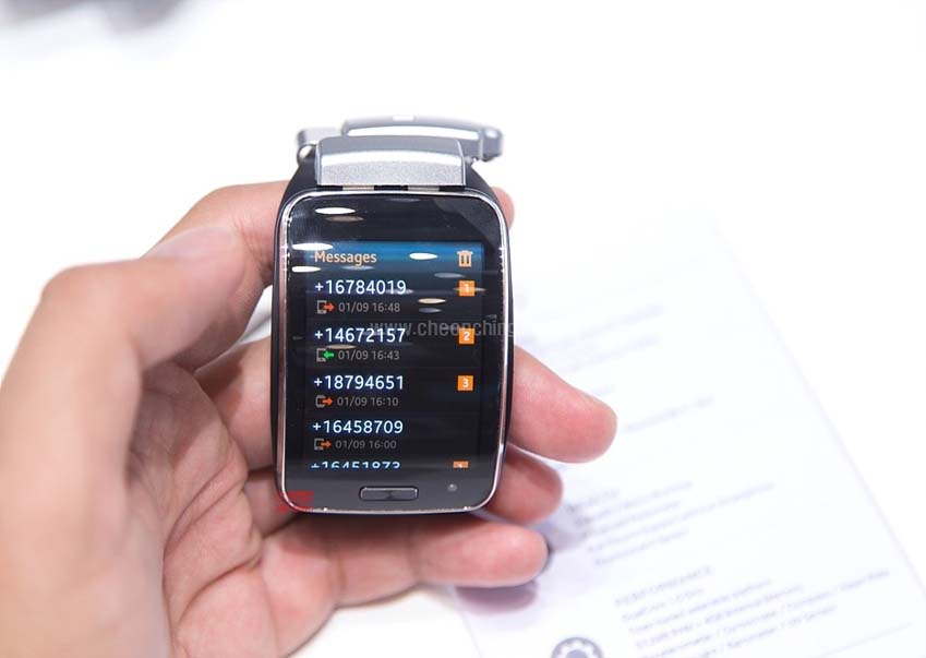 2.0형 디스플레이를 통해 메시지 정보를 확인하는 모습입니다.