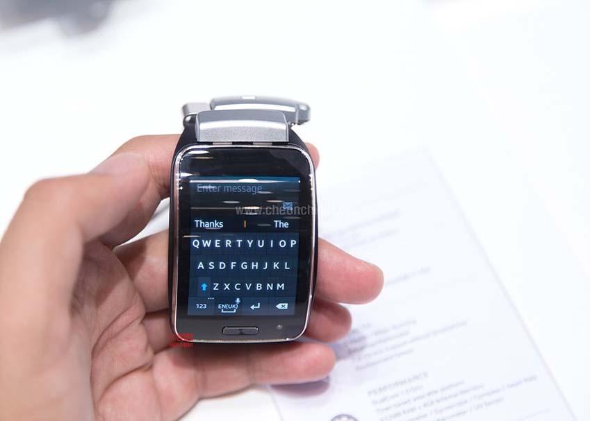 삼성 기어S의 2.0 디스플레이를 통해 문자판을 호출한 사진입니다.