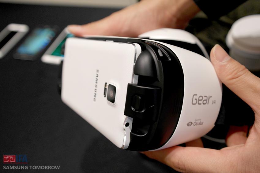 기어 VR을 머리에 착용하고 가상현실 전용 콘텐츠를 재생하면 '갤럭시 노트4' 쿼드HD 슈퍼아몰레드 디스플레이의 선명한 화질을 3D 영상으로 감상할 수 있습니다