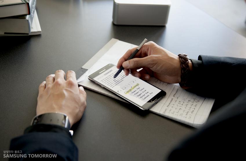 왼손에는 기어S를. 오른손에는 갤럭시노트4와 S펜을 활용하여 비즈니스 업무에 활용하고 있습니다.