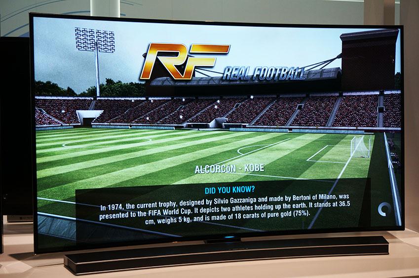 REAL FOOTBALL 게임이 스마트 TV를 통해 시연되고 있습니다.