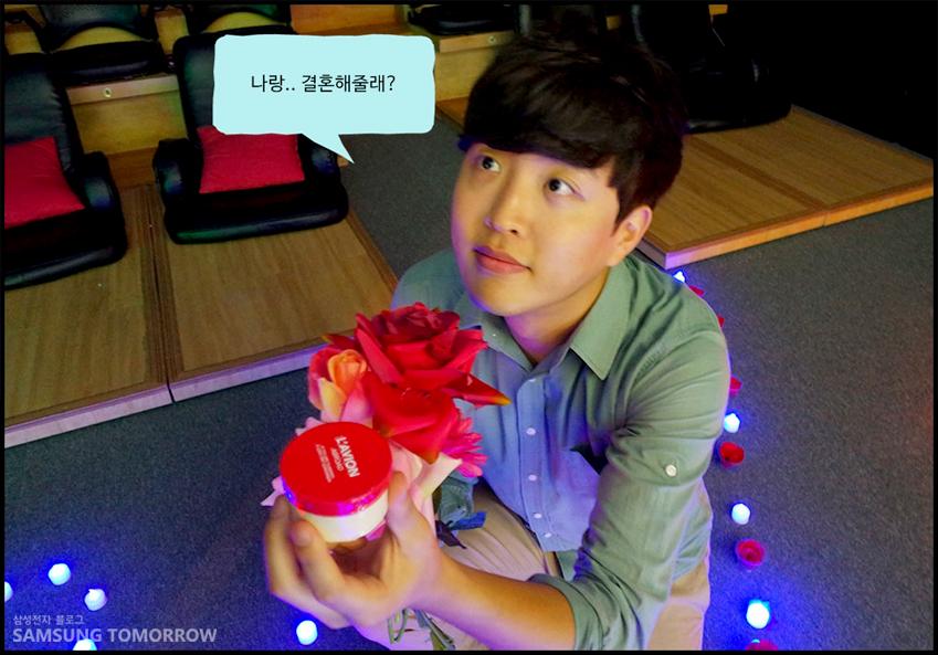 준수가 장미꽃과 선물을 준비하며 민화에게 나랑.. 결혼해줄래? 라는 멘트로 프로포즈 하고 있습니다.