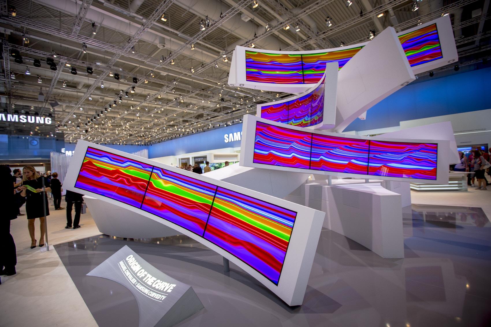 삼성 커브드 UHD TV가 모여 만들어진 예술 작품입니다. 이 작품은 삼성전자와 유명 예술가인 '미구엘 슈발리에(Miguel Chevalier)'씨가 콜라보레이션을 해서 만든 조형물 커브의 기원입니다.