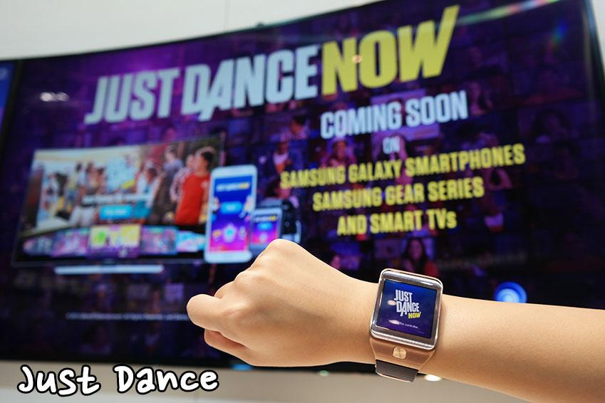 삼성 기어를 차고 동작을 따라하면 점수를 얻을 수 있습니다. 저스트 댄스를 활용한 댄스 타임이 열렸습니다.
