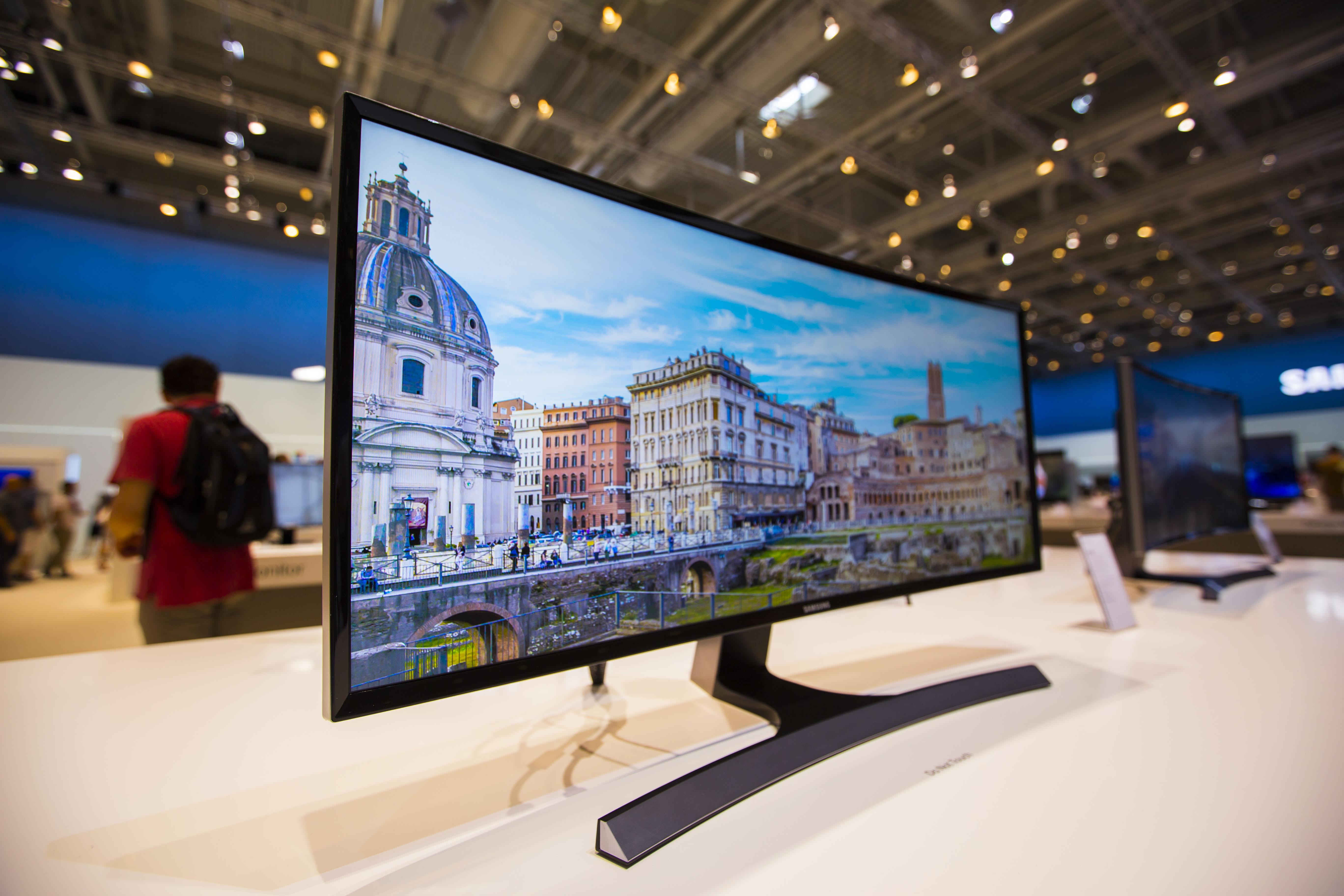 삼성 커브드 모니터의 모습입니다.