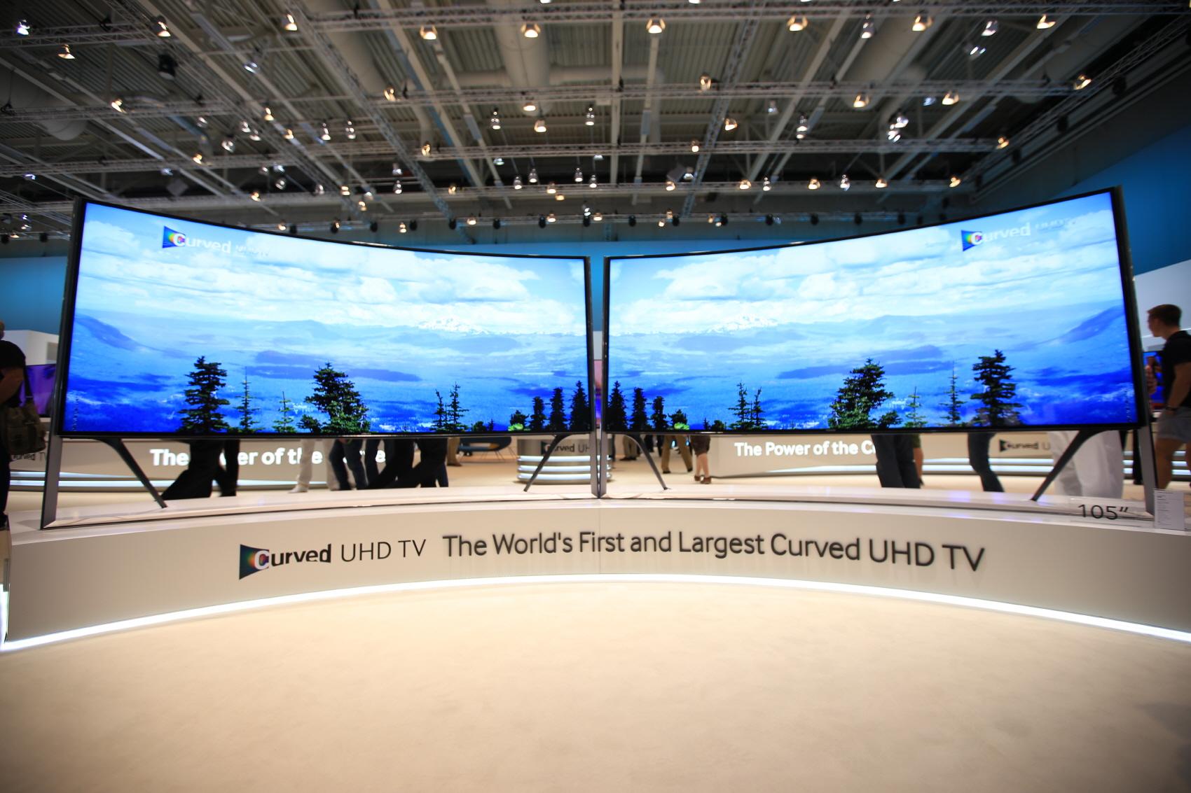 삼성전자가 내놓은 105형 삼성 커브드 UHD TV는 세계 최초, 세계 최대 사이즈의 커브드 UHD TV