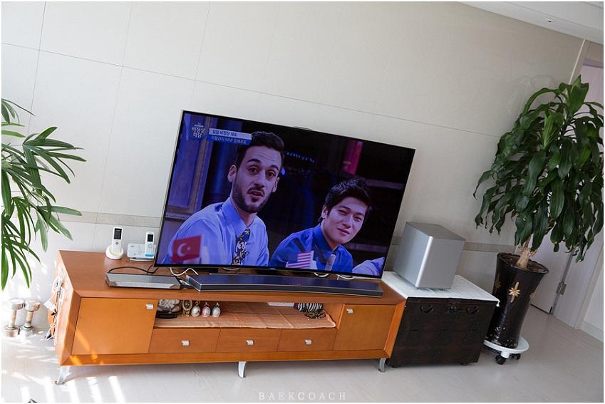 삼성 커브드 사운드바로 TV 시청을 즐기는 모습입니다.