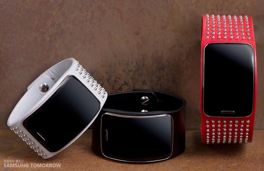 화이트, 블랙, 레드 색상의 스트랩을 장착한 삼성 기어S